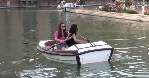 Pilla palomitas: Dos tías intentando desplazarse en barca en la Plaza de España de Sevilla