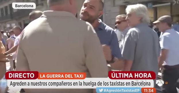 Taxistas agreden a un reportero de Antena 3 durante la huelga de los taxistas en Barcelona
