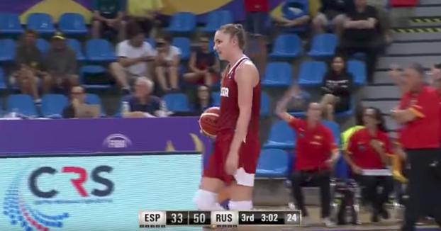 Empanada monumental durante un partido de basket del Mundial Sub-19 entre España y Rusia