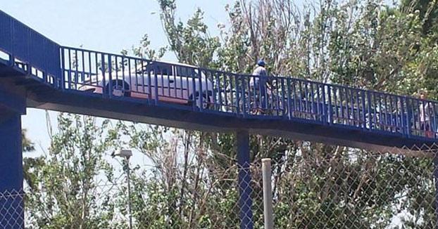 Dos ancianas rescatadas de un coche atrapado en una pasarela peatonal de Xirivella