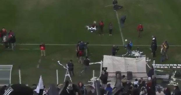 Derriba un dron en un partido de fútbol con un rollo de papel higiénico