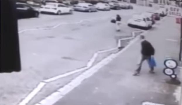 hombre da golpe poste por mirar mujer cruza calle