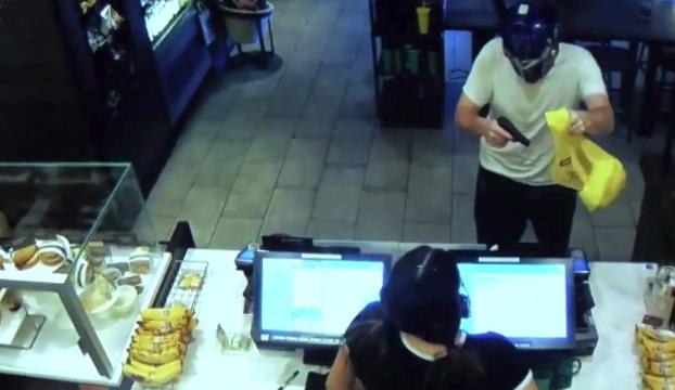 hombre entra con pistola a robar Starbucks fresno