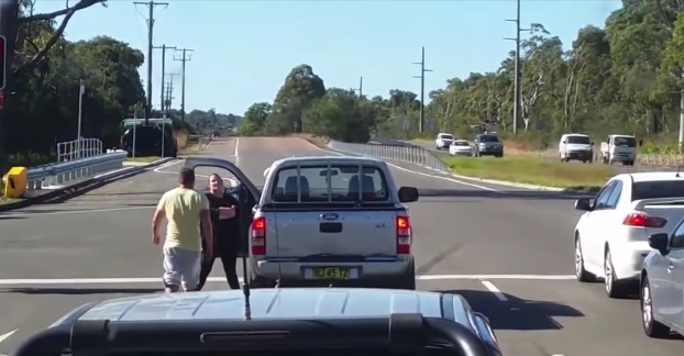 hombre pega punetazo mujer discusion trafico australia