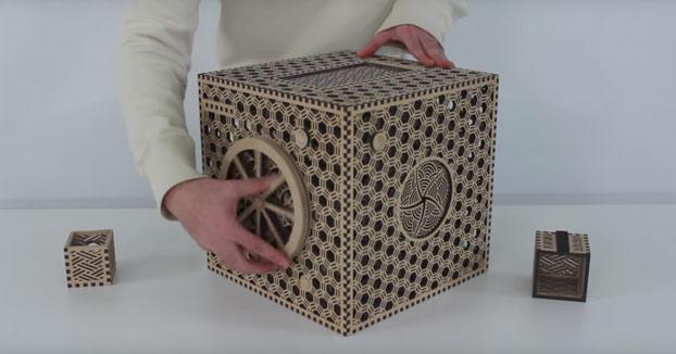 La enigmática caja puzzle de madera con multitud de pasos para abrirla