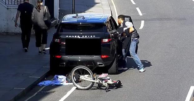 Este ladrón desvalija un Range Rover a plena luz del día y pretende irse en su bici tranquilamente, pero...