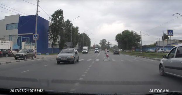 La mujer iba cruzando la calle por un paso de peatones cuando de repente...