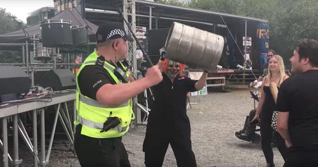 Este policía disfrutó como un fan más en un concierto de Slipknot