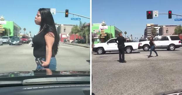 Una mujer la lía en una intersección y el policía le quita la tontería