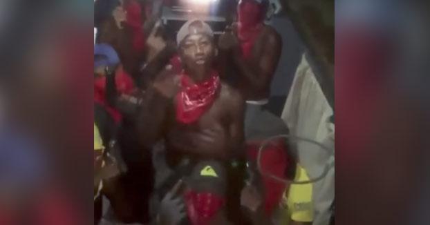 Presos de una cárcel de Panamá presumiendo de pistolas