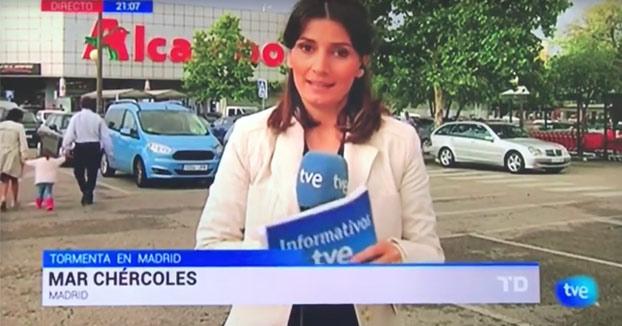 Esta reportera de TVE sale corriendo del plano tras ponerse nerviosa y trabarse
