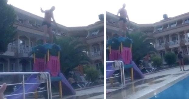 Mira que le gusta a esta gente el balconing y los saltos a las piscinas...