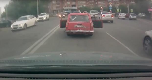 Coordinación entre amigos para ir frenando el coche en el que van