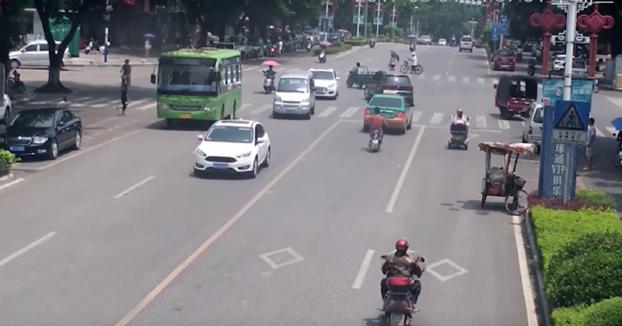 Esto lo tendrían que ver todos los críos: Lo que pasa si cruzas la calle sin mirar