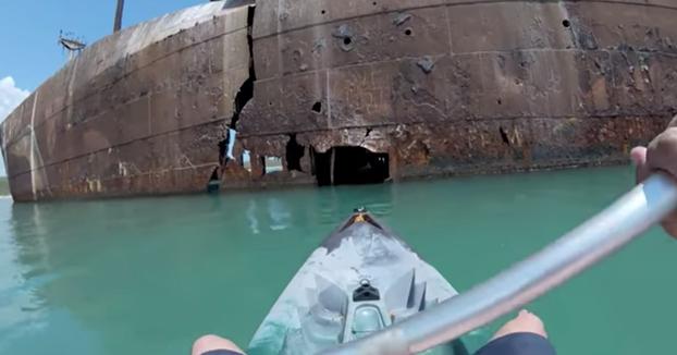 Expedición en kayak por un barco abandonado