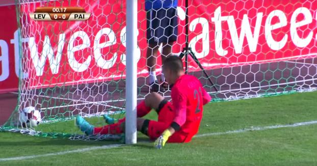 Un equipo de fútbol marca un gol a los 14 segundos de empezar el partido sin tocar el balón