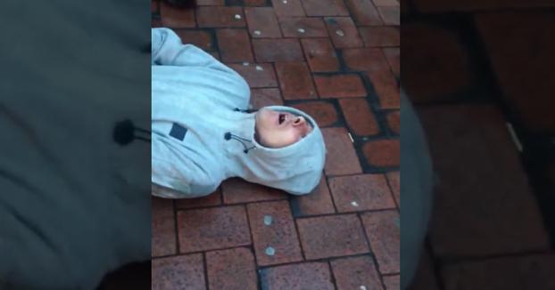 Reacción de un joven después de fumar la droga conocida como Black Mamba o 'droga zombie'