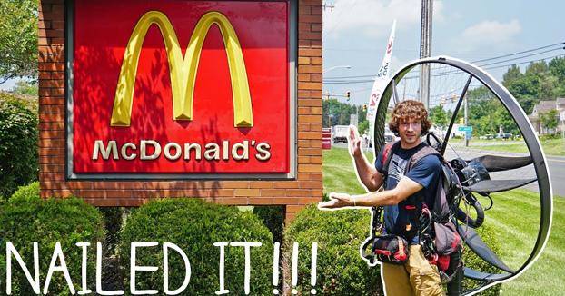 Va al McDonald's en su paramotor y se come la hamburguesa en el aire de camino a casa