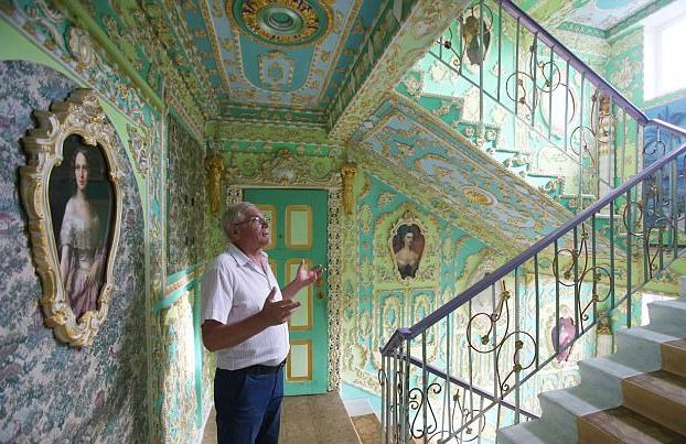 Pensionista decora en 16 años las escaleras de su bloque de pisos al estilo del Palacio de Versalles