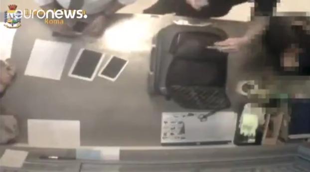 trabajadores aeropuerto roma italia roban maletas pasajeros