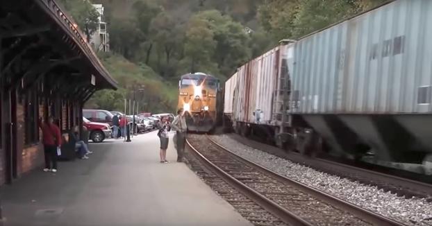 Recopilatorio de personas que estuvieron a punto de perder la vida en las vías del tren