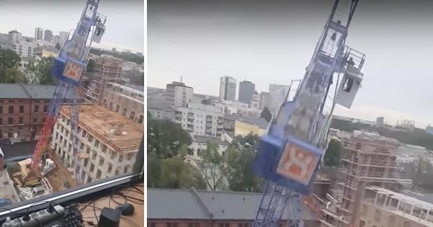 Una grúa se desploma en Lodz, Polonia. El operario intenta escapar como puede de la cabina (Vídeo)