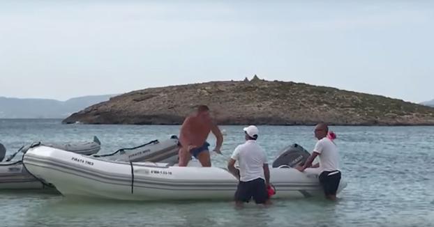 Guiri enfurecido en Formentera: Estaba echando la siesta en una zodiac ajena y no tiene muy buen despertar...