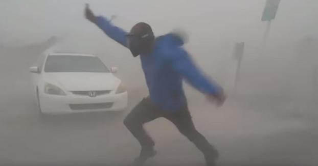 Un meteorólogo se juega la vida para medir la fuerza del viento del huracán Irma