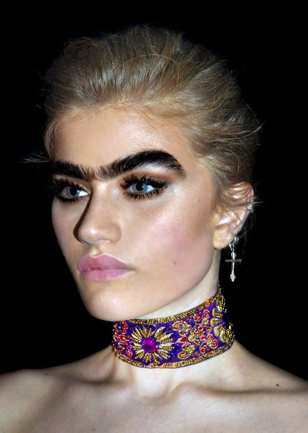 Esta modelo se niega a quitarse el entrecejo y desafía los estereotipos de belleza