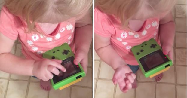 Esta niña intentando jugar de forma táctil con la Game Boy Color demuestra que el mundo ha cambiado