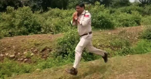 Un policía indio corre un kilómetro con una bomba al hombro para salvar a 400 escolares