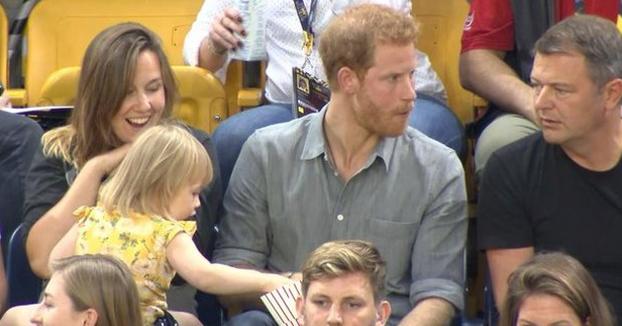 Una niña le roba palomitas al príncipe Harry y la reacción de este no tiene desperdicio