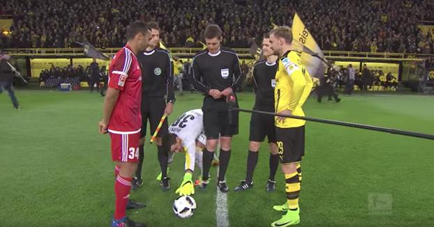 El extraño ritual antes de cada partido de Roman Bürki, portero del Borussia de Dortmund