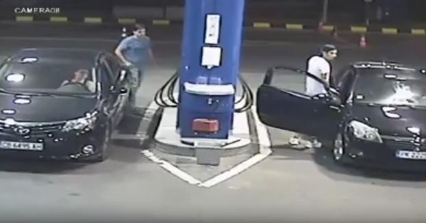 Se niega a dejar de fumar en una gasolinera y el empleado le vacía el extintor encima