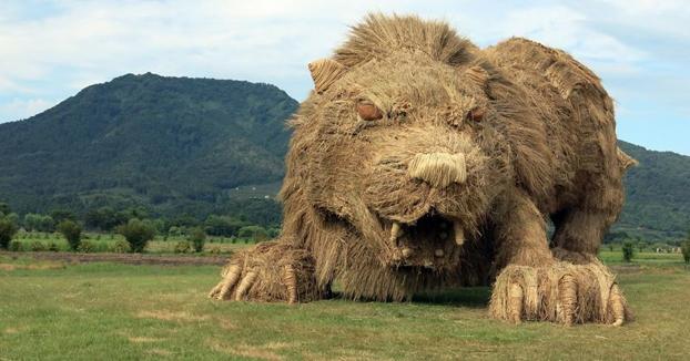 Los campos japoneses son invadidos por gigantes animales de paja tras la cosecha del arroz