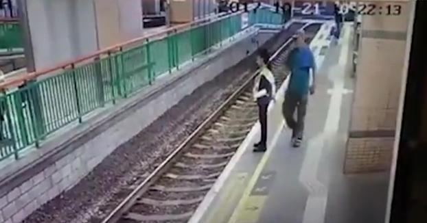 Empuja a una mujer a las vías del tren y continúa caminando sin inmutarse