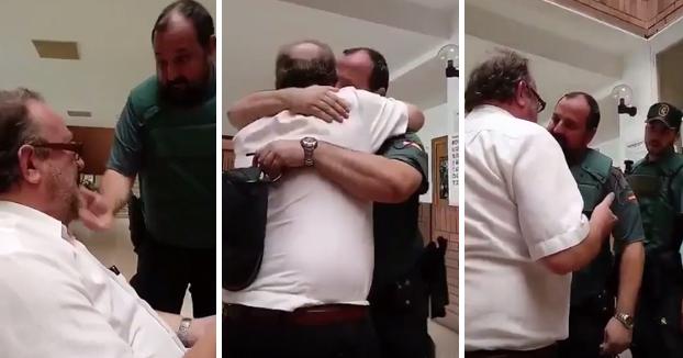 Un vecino de Reus llora de impotencia y ofrece su casa a los guardias civiles desplazados a Cataluña (Vídeo)