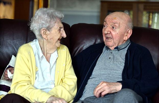 Una anciana de 98 años se muda a la residencia donde vive su hijo de 80 para cuidarle