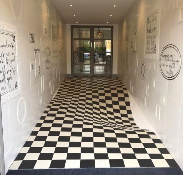 ¿Correrías por este pasillo? Azulejos crean una peligrosa ilusión óptica