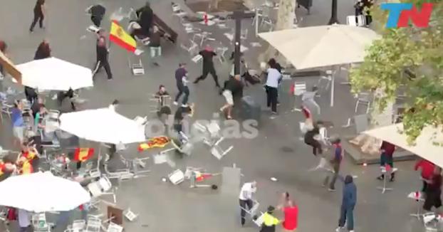 Así ha acabado la manifestación del 12 de octubre en Barcelona: Pelea de ultras