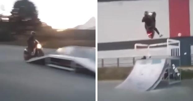 No es muy buena idea meterse con una scooter en una pista de skate