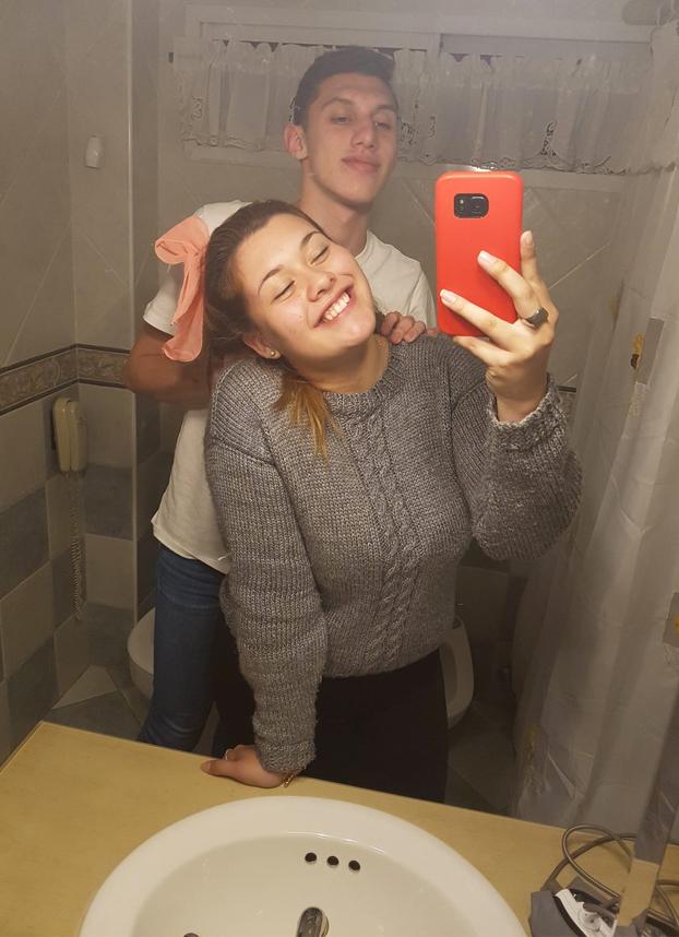 Esta pareja se hace un selfie en el baño y la foto se viraliza por del detalle que tienen detrás