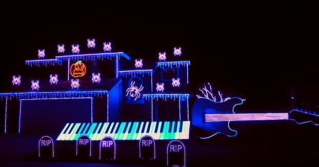 Impresionante el show de luces que monta en la fachada de su casa por Halloween