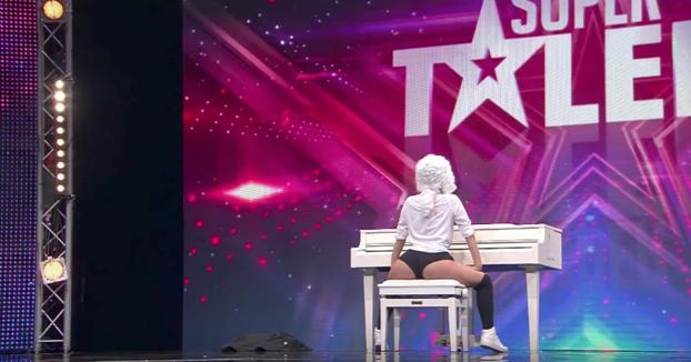 Entró al escenario y todos pensaron que iba a tocar el piano, pero su talento era otro...