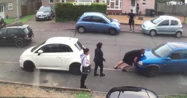 No puede salir con su coche porque tiene otro bloqueándole el paso y llama a su sobrino para que lo aparte