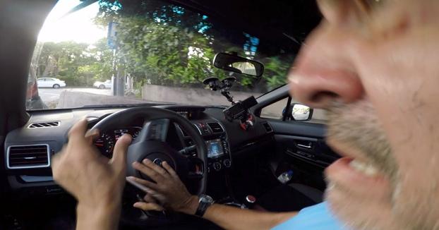 Está grabando un Vlog con un Subaru WRX STI cuando un Porsche le embiste por detrás