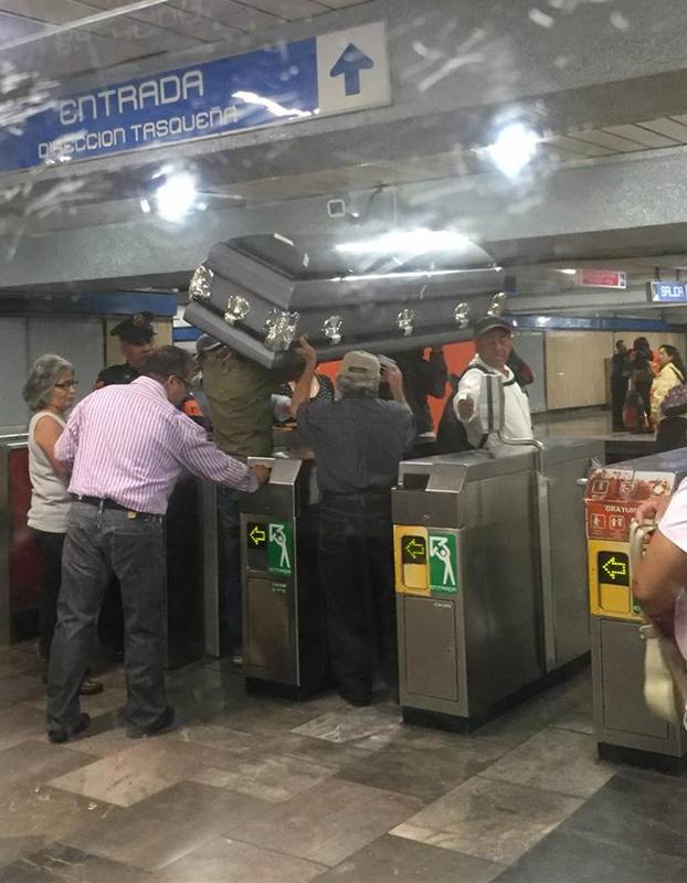 Varios viajeros entran al metro con un ataúd porque no tenían dinero para pagar otro transporte
