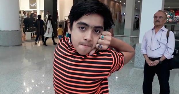 Este chaval pakistaní de 14 años es capaz de girar su cabeza 180 grados