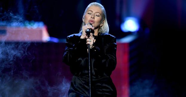 Christina Aguilera homenajea a Whitney Houston en los AMAs 2017