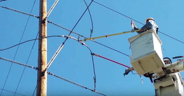 Esto es lo que ocurre al cortar un cable de alta tensión